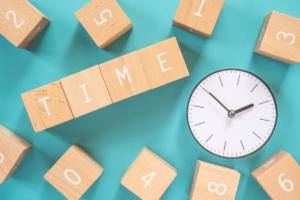 「TIME」と書かれた積み木と時計